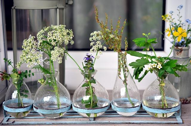 Idealne trio - kwiaty, woda i szkło