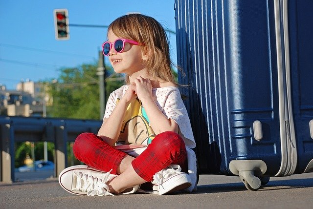 Jak komfortowo podróżować z dzieckiem? Wybierając jeżdżące walizki Trunki!