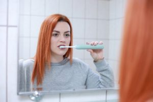 Jak pasta na nadwrażliwość zębów i inne środki mogą zmniejszyć ten problem?
