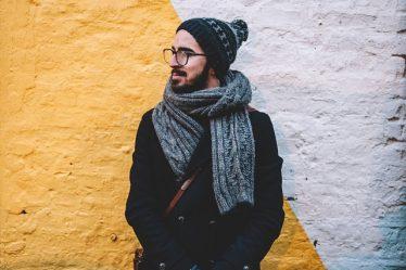 Jak mężczyzna nosi szalik?