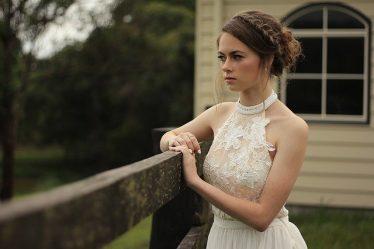 Wybieramy koronkową sukienkę na wesele – na co zwracać uwagę?