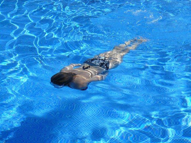 Dlaczego warto pływać na basenie?