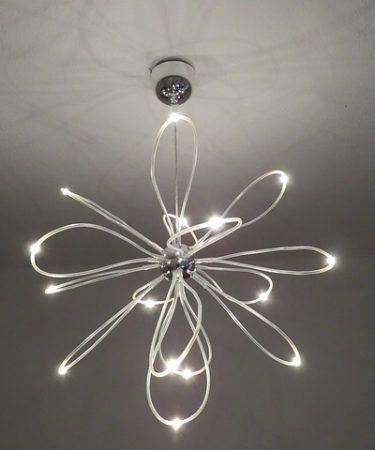 Oświetlenie LED do niedawna było luksusem, na który nie każdy mógł sobie pozwolić. Na zainstalowanie było stać firmy oraz osoby, które mają wysokie dochody, ponieważ była to nowa technologia. Aktualnie ceny niezbędnych do tego elementów, jak taśmy LED, czy profil architektoniczny LED jest bardziej przystępna, niż kiedyś, czego powodem jest rosnąca popularność oraz rozwój technologiczny i coraz większa ilość producentów. Wielu z nas z najwyższą przyjemnością decyduje się na zakup niezbędnych akcesoriów, nie tylko profili architektonicznych LED, czy taśm. Głównym tego powodem jest niesamowity efekt estetyczny, jaki pozwalają uzyskać. A od kiedy montaż oświetlenia LED stał się łatwy i niedrogi, ten typ stał się tradycyjnym elementem biur oraz miejsc publicznych. Jak zamontować taśmy LED? Zamontowanie taśm LED może wyglądać dwojako. Albo robi się to bezpośrednio, albo stosuje profil architektoniczny LED – https://clarumled.pl/pol_n_PROFILE-I-AKCESORIA-163.html. Najistotniejszy jest jednak wybór rodzaju profilu architektonicznego LED, ponieważ jego jakość wpływa na sposób montażu i żywotność oświetlenia. Odpowiednie akcesoria możemy dobrać pod okiem fachowców, którzy będą go także instalowali oświetlenie – chyba, że zdecydujemy się na nie samodzielnie. Jednak tylko podczas profesjonalnej instalacji, możesz mieć pewność, że wszystko będzie działać bez zarzutów długi czas. Jest to także istotne dla wydajności oraz jego bezpiecznego użytkowania. Krycie taśmy poprzez profil architektoniczny LED Jeśli interesuje Cię oświetlenie LED, to z pewnością będziesz też zainteresowany tym, jak przeprowadzić taką instalację bez widocznych śladów niektórych elementów. By uzyskać elegancki efekt, taśma i przewody powinny być ukryte. Najlepiej w tym celu służy właśnie profil architektoniczny LED. Będzie się to jednak wiązało z wyższym kosztem montażu, ale bezsprzecznie warto jest te koszty ponieść. Mocowanie takich profili architektonicznych LED jest proste dla fachowca, ale jeśli ktoś zde